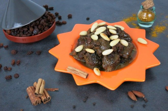 Mrouzia, #tagine di carne con #miele e #uvetta, servita con un mix di #spezie e  #mandorle tostate. #ricetta #Marocco - Fratelli ai Fornelli