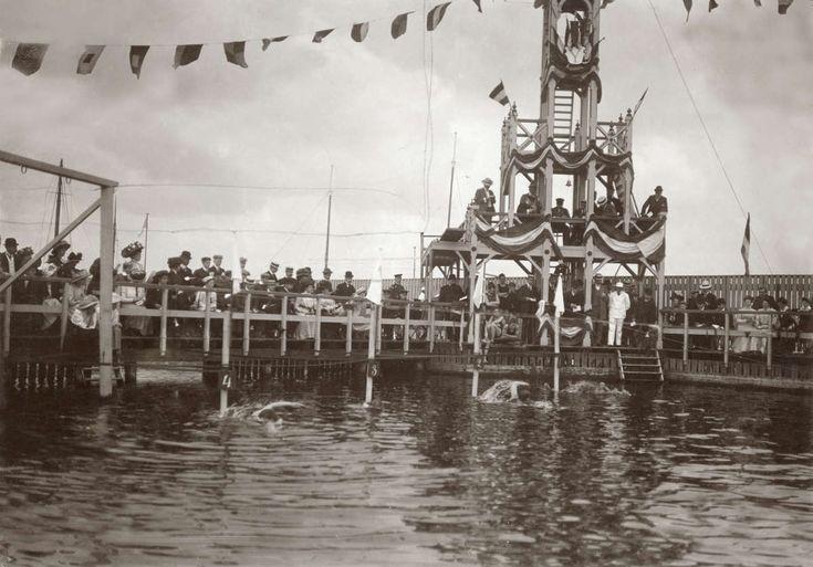 In de met een ereloge versierde badinrichting Harthoorn in Amsterdam organiseert de zwemvereniging Het IJ in 1909 zwemwedstrijden voor dames en heren. De foto toont de start van het onderdeel 'borstzwemmen voor junioren'.