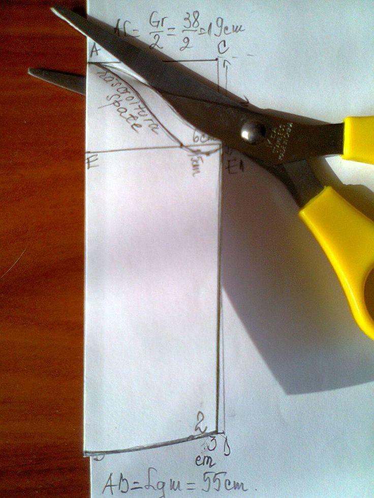 Desenarea tiparului de mânecă se face pe o coală de hârtie care se poate îndoi.                Marginea îndoiturii reprezintă mijlocul m...