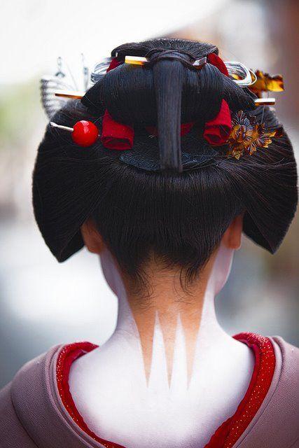 Maiko Katsuru 勝瑠 wears Sakko hairstyle.