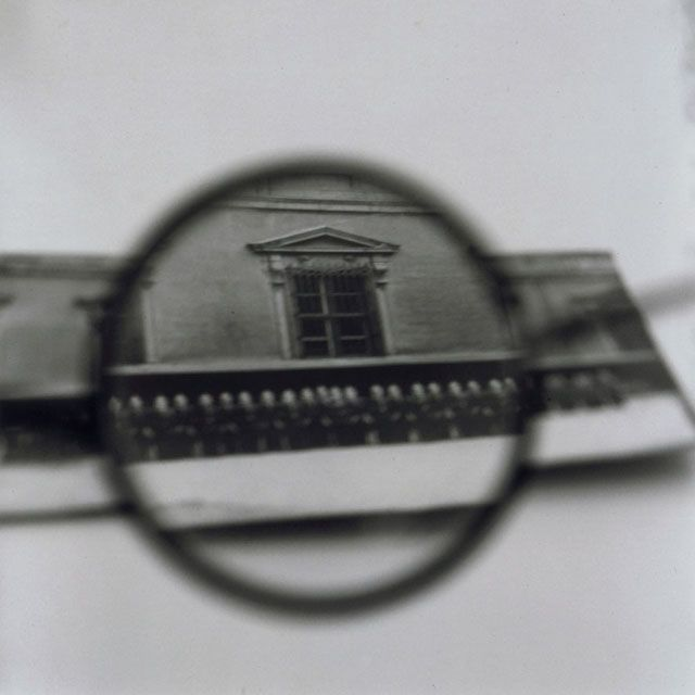 Tomoko YONEDA : Hesse's Glasses - Viewing a photograph of a soldier, 1998. ヘッセの眼鏡 - 兵士の写真を見る