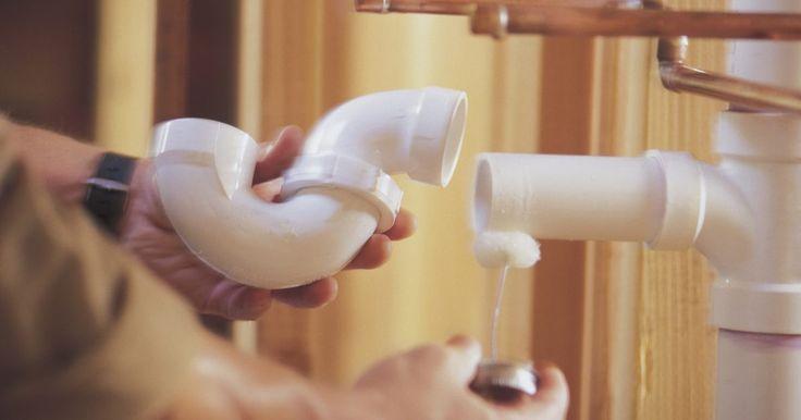 Cómo disolver pegamento de cañerías de PVC. Las tuberías de PVC son conocidas por ser muy resistentes, a prueba de calor y duraderas. Usadas más comúnmente en los sistemas de riego residenciales e industriales, las tuberías de PVC no requieren mantenimiento regular. Mover o reemplazar la tubería dejará pegamento para PVC que debe retirarse y limpiarse. El exceso de pegamento puede ser ...