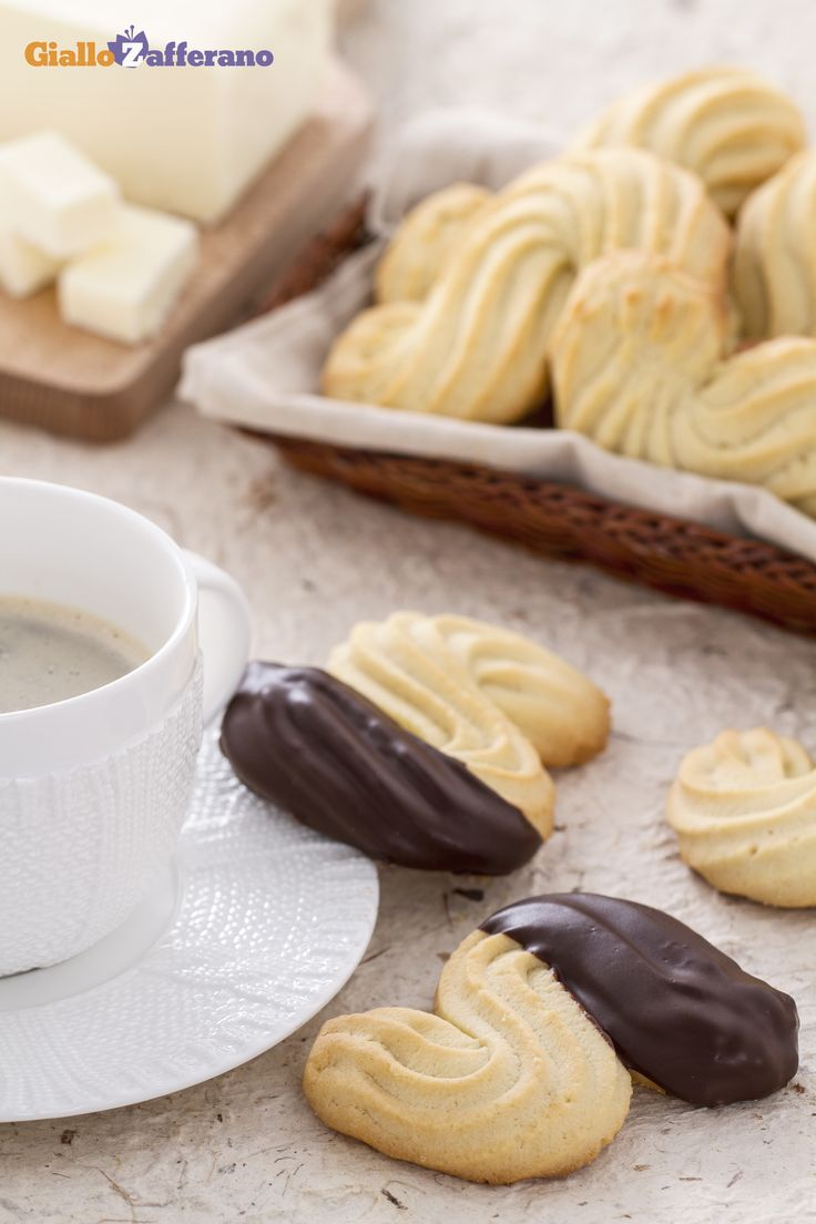 I #biscotti esse sono deliziosi biscotti fatti con una morbida pasta frolla montata, che si sciolgono in bocca. #ricetta #GialloZafferano #italianfood #italianrecipe
