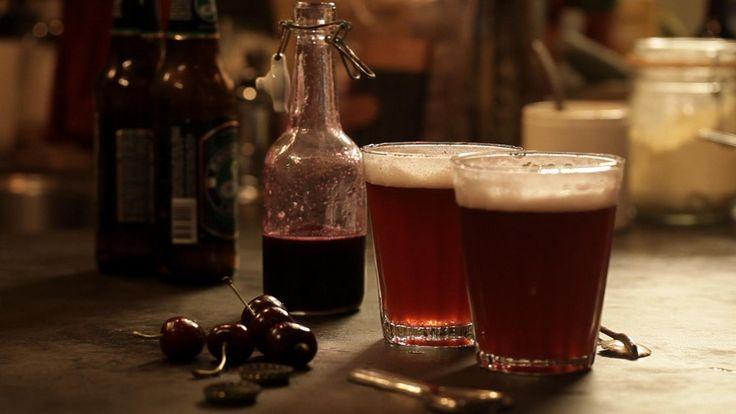 Het drankje kersensiroop voor door het bier komt uit het programma Koken met van Boven. Lees hier het hele recept en maak zelf heerlijke kersensiroop voor door het bier.