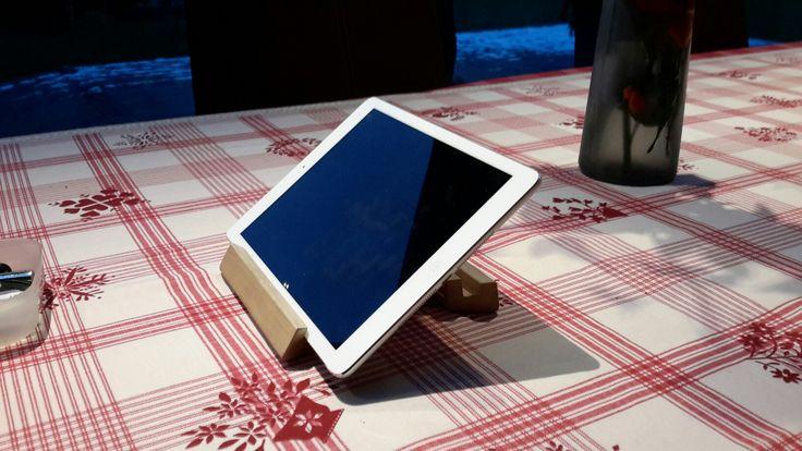 Support tablette design en bois et bronze