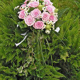 Svatební růžová kulatá kytice růžové růže,mini chrysantény