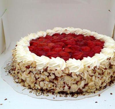 Jordbærkagen: Jordbær lagkage med hasselnødder og fløde