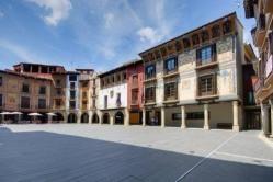 Graus (Huesca) La Plaza Mayor merece realmente la pena, es una plaza preciosa con soportales, en la plaza destaca la Casa Heredia, el Ayuntamiento y la Casa Bardaxí pero lo más característico son las fachadas policromadas