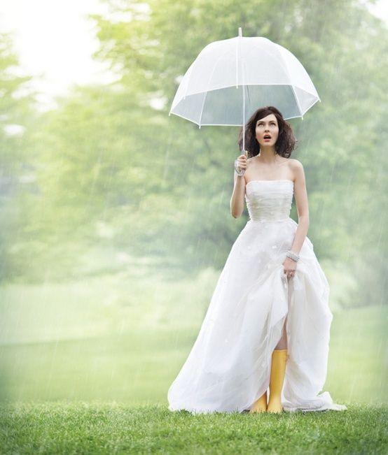 Sposa bagnata, sposa fortunata: sarà vero? bride-in-rain-boots