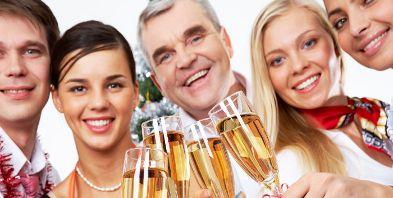 Kurzreisen-Hamburg Sylvester Sylvesterreisen Familie Sekt Champagner anstossen | Reisehummel.de