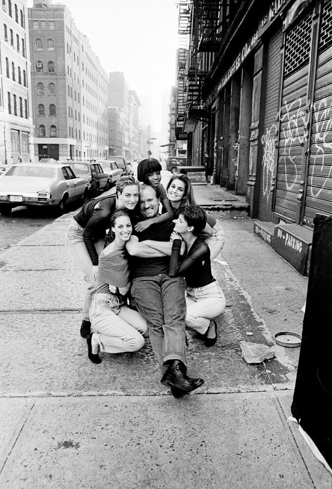 FROM LEFT: CHRISTY TURLINGTON, TATJANA PATITZ, NAOMI CAMPBELL, PETER LINDBERGH, CINDY CRAWFORD, AND LINDA EVANGELISTA IN NEW YORK, 1989. PHOTO: JIM RAKETE.