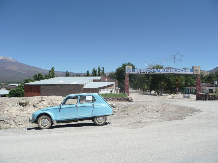 La super poderosa Dyane 6 de 1968 en Buta Ranquil sobre la ruta 40 en Patagonia Argentina