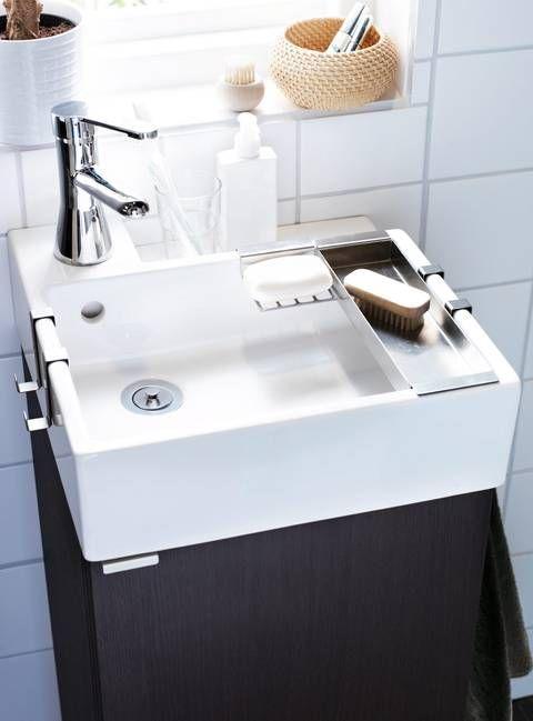 KOMPAKT. Lillången servantskap med en dør, kr 995, håndklekroker, såpeskål og fat i rustfritt stål er inkludert i prisen. Mål: B: 40 cm, D: 41 cm, H: 92 cm. Rörskår blandebatteri med bunnventil som sparer vann uten at du mister vanntrykket, kr 245, alt fra Ikea.