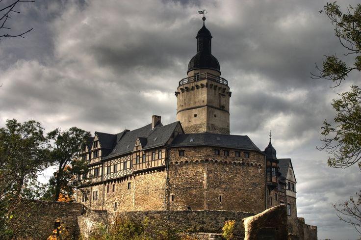 Foto: SCHLÖSSER & BURGEN IN DEUTSCHLAND DIE BURG FALKENSTEIN/HARZ Nahe der Gemeinde Falkenstein in Sachsen-Anhalt wurde zwischen 1120 und 1180 die hochmittelalterliche Höhenburg Falkenstein errichtet. Obwohl sie im laufe der Jahrhunderte vielfach verändert wurde, hat sie bis heute ihren mittelalterlichen Charme erhalten können. Seit ihrer Errichtung wurde die Burg Falkenstein niemals erobert und deshalb auch nie zerstört. 1437 gelangte die Burganlage in den Besitz des Adelsgeschlechts von…