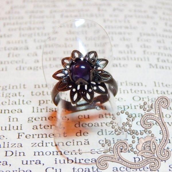 Inel din bronz, vintage, in forma de floare, cu miez de Ametist. O bijuterie interesanta, potrivita pentru o tinuta de zi si nu numai.