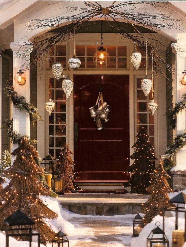 weihnachtsdeko außen-beleuchtet-haustuer-weihnachtskugeln-christbaumschmuck-gross-outdoor-kleine-tannenbäume-schnee