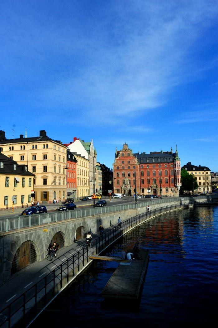 """Estoucompletamente fascinado com Estocolmo. É uma cidade bonita e limpa, com água por todos os lados, agradável e tranquila. Creio até que, não fora a escuridão e o rigor do inverno, Estocolmo seria uma das melhores cidades do mundo para viver. E tudo se resume a uma expressão banal: """"qualidade de vida"""". Alguns exemplos.  Não há prédios demasiado grandes, nem poluição, nem caos no trânsito, nem buzinas a infernizar a vida dos transeuntes.  Há centenas de pessoas a caminhar, a correr, a…"""