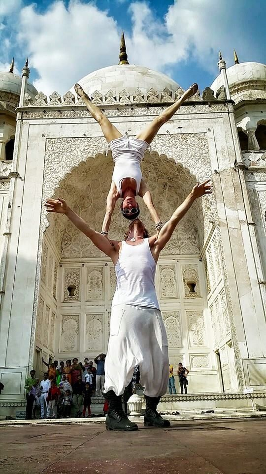 Taj Mahal, India This Creative Couple Got Married In 38 Different Places Around The World • Page 4 of 6 • BoredBug