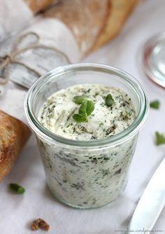 Kräuter-Butter mit Feta-Käse: 125 weiche Butter mit 100 g Schafskäse mit dem Mixer schaumig rühren. Anschließend 2 Frühlingszwiebeln, 1 Knoblauchzehe und Kräuter nach Wahl  (alles fein gehackt) hinzugeben und unterrühren. Mit Salz, Pfeffer und Zitronensaft abschmecken.