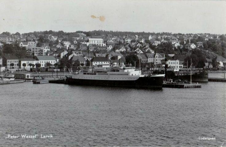 "Vestfold fylke Larvik ""MS Peter Wessel"" ved kai 1950-tallet Foto: Ludwigsen"