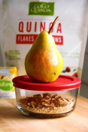 Gruau de quinoa: 1/3 de tasse comble (80 à 100 ml) de flocons de quinoa, ¾ de tasse (175 ml) de boisson de soya, 2 c. à thé (10 ml) de graines de chia, ¼ c. à thé (1 ml) de cannelle, 6 à 8 demi-pacanes, ½ ou 1 poire avec la pelure, un filet de sirop d'érable Prép: Chauffer le lait au four à micro-ondes. Dans un bol à déjeuner, mélanger les flocons de quinoa, les graines de chia et la cannelle. Ajouter le lait chaud et remuer. Laisser reposer 2 à 5 minutes pour faire gonfler les flocons.