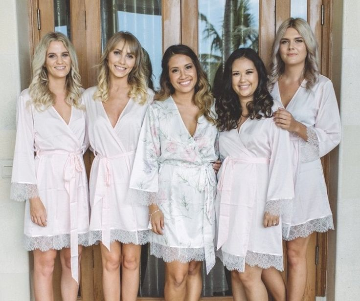 Homebodii Real Bride: Nikita Alway and her bridal party in their Homebodii robes. Bridesmaids are wearing the Ballet Beautiful Robe in pale pink. Bride is wearing the Sofia Lilac Robe.