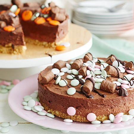 Kun makeanhimo iskee, tämä kakku on varma pelastus! Valmista persoonallinen karkkikakku nostamalla suklaisen juustokakun päälle reilu keko lempimakeisiasi.