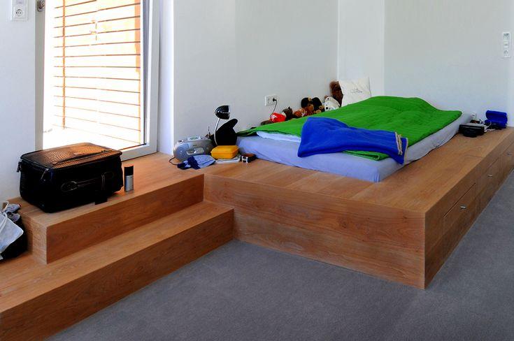 Podest-Bett das gleichzeitig als Treppe in den Garten dient. Material: Eichendielen auf OSB-Unterkonstruktion. Oberfläche weiß geölt.