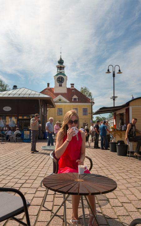 Coffee break in the market place, Rauma, Vanha Rauma. Kuva: Kim Ekman/Pieni Ideapuoti Malli: Daniela H.