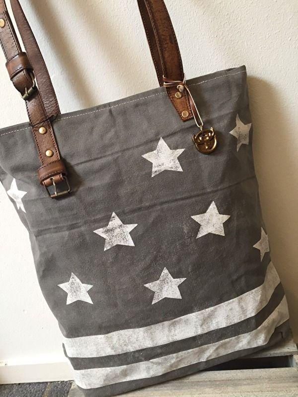 Carnvas tas met lederen hengsels van Colmore by Diga pinlake lodge   tas sluit met rits. deze grijze tas heeft aan de voorzijde een vintage sterren print   Gemaakt van mooi doorleefd canvas van gerecyclede stof dus niet helemaal gaaf!