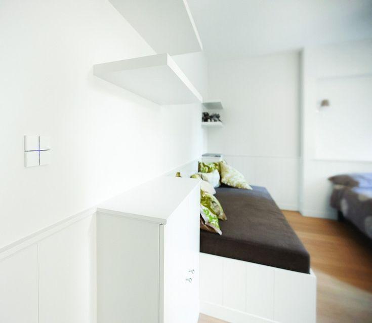 murs blancs et interrupteur variateur de design discret