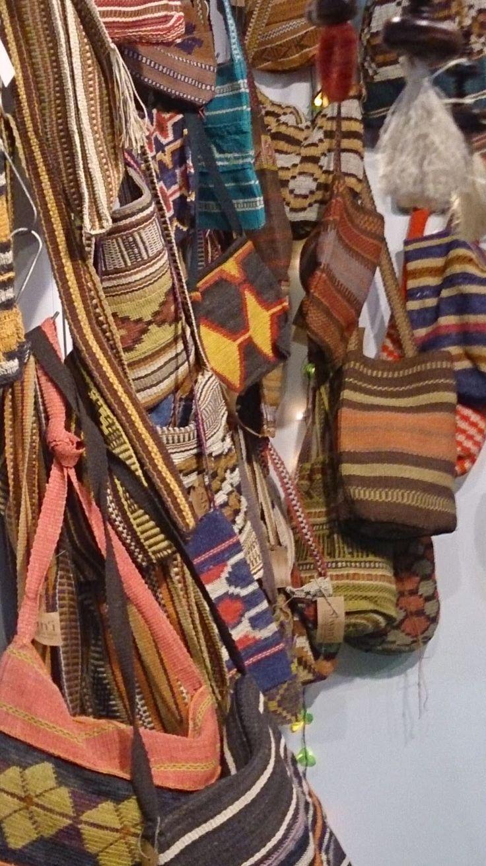 Bolsos tejidos por los indios wichis