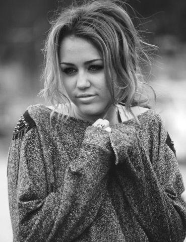 Même ses propres fans s'y mettent... Pauvre Miley :S http://tendanceus.fr/mag/miley-cyrus-clachee-par-ses-fans/