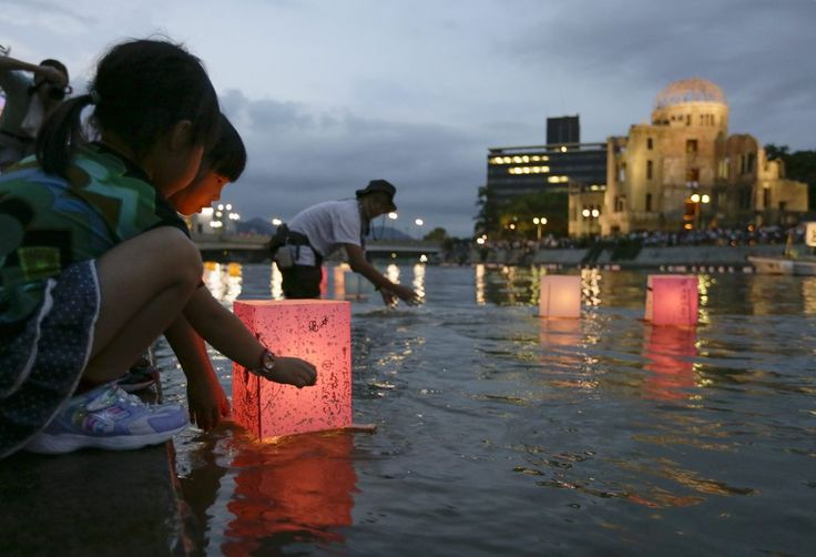 """Gedenken: Papierlaternen für die Opfer von Hiroshima. Vor 69 Jahren warfen die Amerikaner Atombomben auf Hiroshima und Nagasaki am 6. und 9. August ab. Das war der bislang einzige Einsatz von Atomwaffen in einem Krieg. Kurz darauf (15. August 1945) gab Kaiser Hirohito die Beendigung des """"Großostasiatischen Krieges"""" bekannt. Mit der Kapitulation Japans endete am 2. September der Zweite Weltkrieg auch in Asien. (Bild: EPA)"""