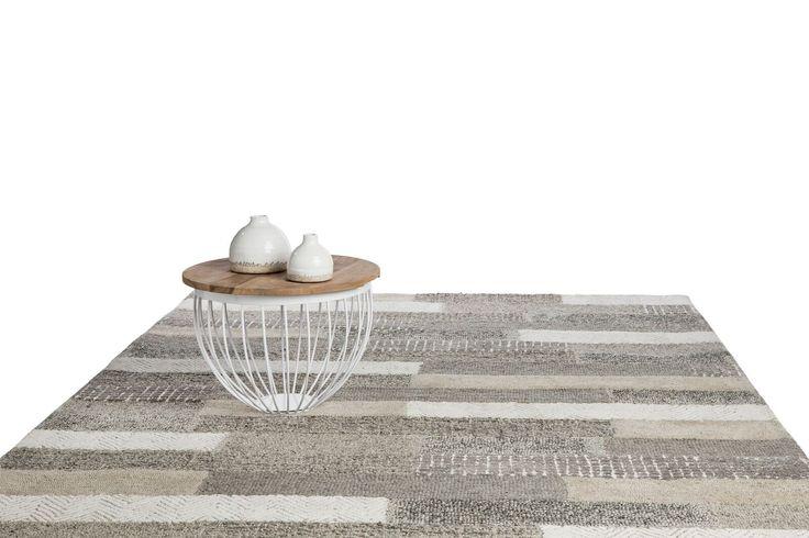 Streepjes zijn hot!! Dit prachtige grijs met zand kleurig vloerkleed is prachtig door haar eenvoud. De mooie diverse strepen maken het design dan ook helemaal uniek. De verschillende stroken en dessins zijn helemaal hip!