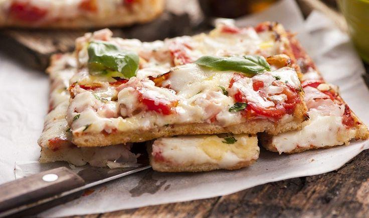 Πίτσα φοκάτσια με ντομάτα και μοτσαρέλα
