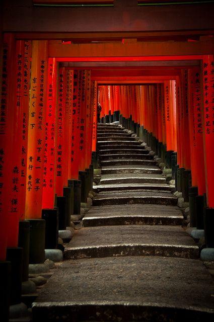 伏見稲荷大社の千本鳥居(京都) Thousand torii gates at Fushimi-Inari shrine, Kyoto, Japan