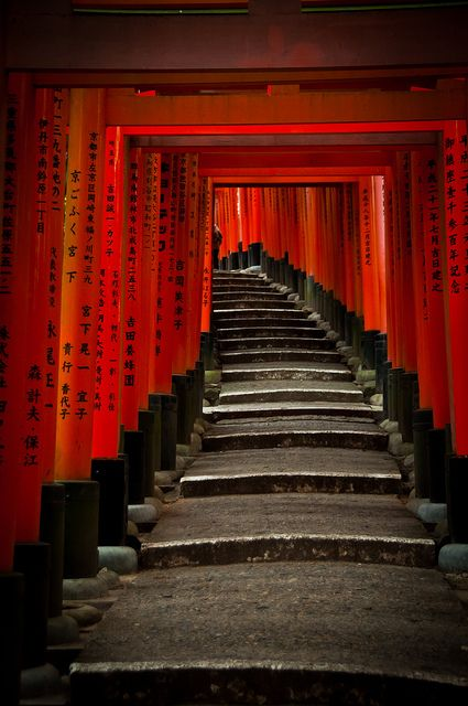 伏見稲荷大社の千本鳥居(京都) Thousand torii gates at Fushimi-Inari shrine, Kyoto, Japan