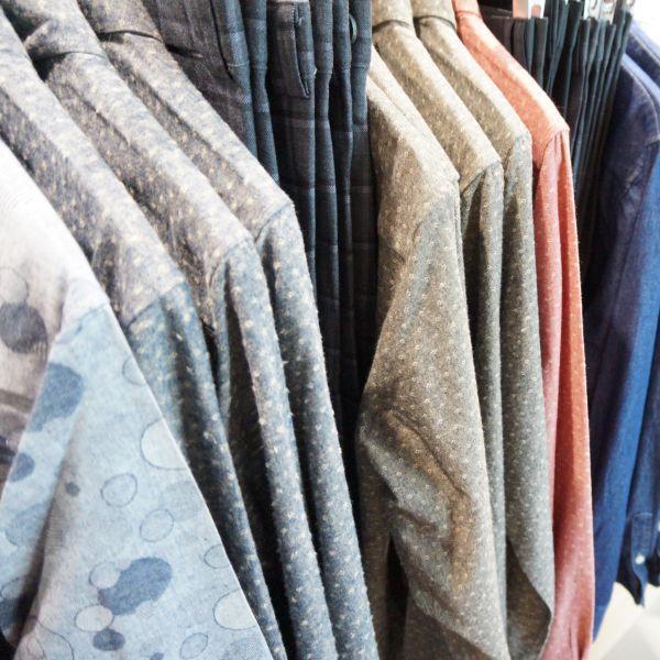 은은한 컬러감의 배색과 플라워 도트패턴으로 밋밋함이 없이 멋을 내기 좋은 셔츠 @롯데백화점 조군샵
