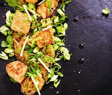 Bjud den du tycker om på en asieninspirerad måltid. Denna rätt är ett spektra av smaker och texturer som kommer få vem som helst på fall. Hemligheten bakom fräschören ligger i den lätta men ändå smakrika dressingen och att inte tillaga grönsakerna.