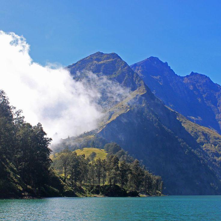 In the caldeira facing the summit. Mount Rinjani Lombok Indonesia #hiking #trekking #rinjani #gunung #gunungrinjani #pendaki #pendakicantik #pendakiindonesia #mountains #volcano #nature #naturelovers #lombok #indonesia #wonderfulindonesia