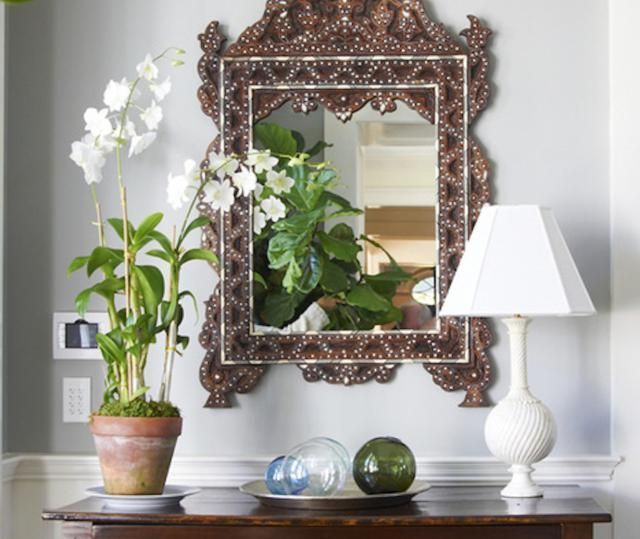 Main Entrance Feng Shui: in particular cases, use a mirror facing the Front Door