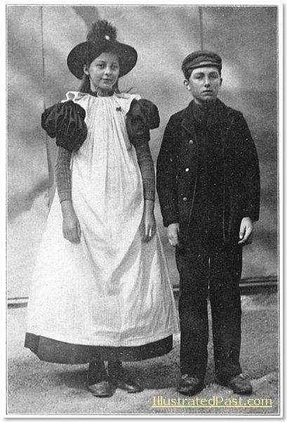 Two Children in Traditional Dress, Huizen. 1916 #NoordHolland #Huizen
