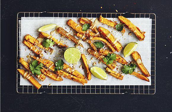 Søde kartoffelfritter med tahindressing, koriander og ristede sesamfrø