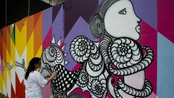 A griffe de moda, Gucci, de origem italiana, presente no mundo inteiro, começou a apostar em arte urbana, street art, o prefeito de São Paulo, João Dória, não! O recém eleito prefeito da capital paulista está apagando todos os murais pintados, os grafites, criados por artistas no centro da cidade, como jogada de marketing que chega a ser piegas. Essa é a grande diferença! http://www.pan-horamarte.com.br/blog/a-diferenca-entre-joao-doria-e-gucci/