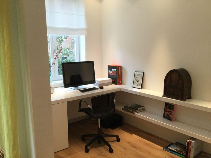 Planken, bureau en kastje in één. De planken en het buro zijn 'blind' bevestigd aan de muur. Kernwoorden: maatwerk, buro op maat, bureau, studeerkamer, plank, blinde-plank. Keywords: custom-made buro, study, shelf, blind-shelf.