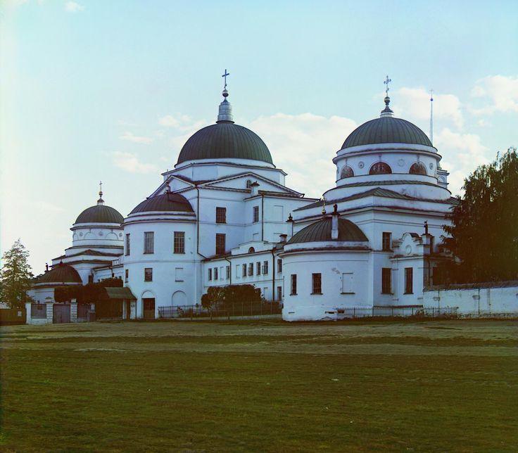 Вход в женский Тихвинский монастырь