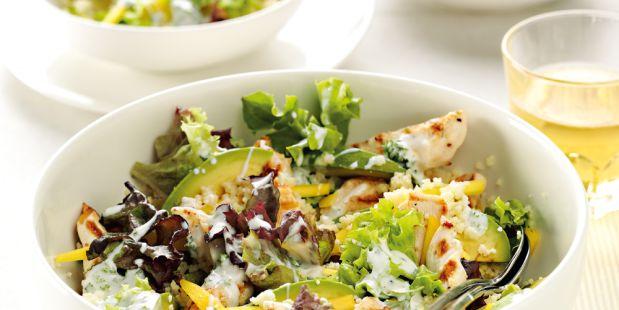 Geef een salade meer body door het gebruik van rijst en pasta, net als bij deze maaltijdsalade van couscous, trio sla en gegrilde kip.
