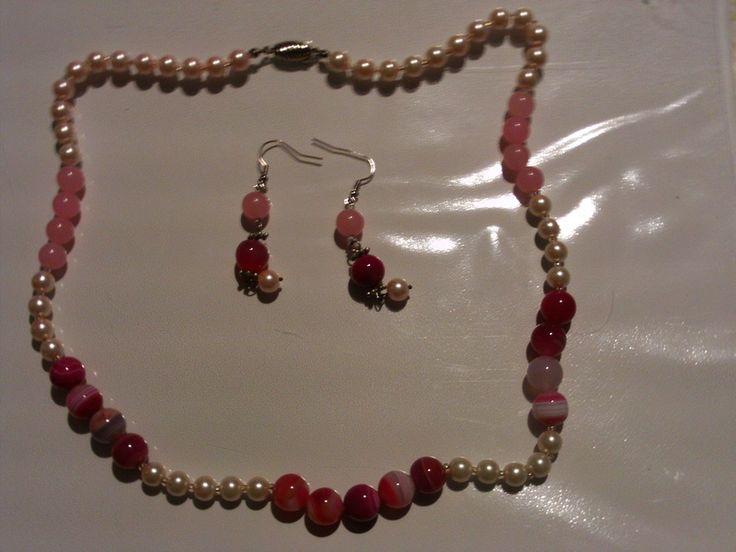 Parure rosa formata da collana ed orecchini di Gioielli fatati su DaWanda.com