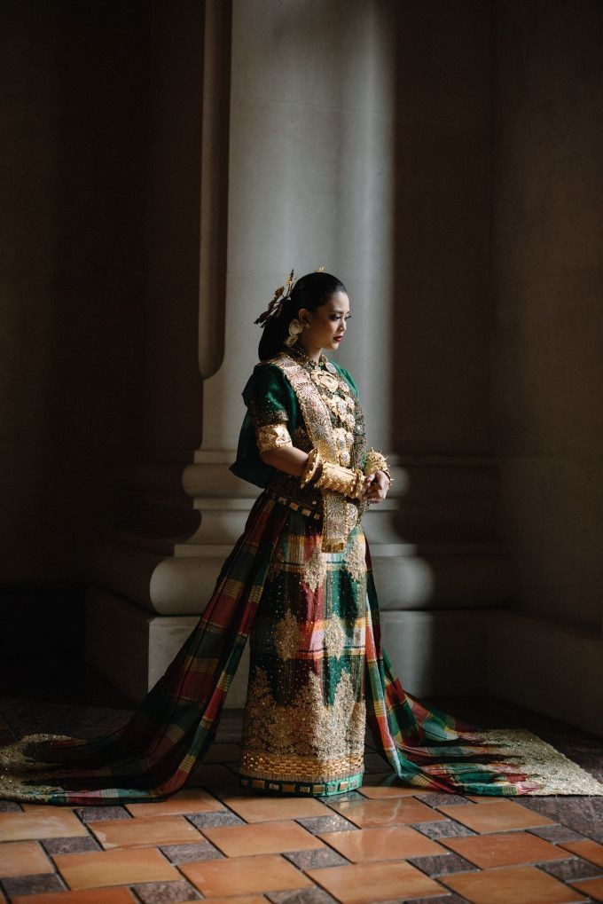Indonesian traditional wedding dress | A Couple's Multicultural Wedding In Jakarta And Ngentak Village | http://www.bridestory.com/blog/a-couples-multicultural-wedding-in-jakarta-and-ngentak-village